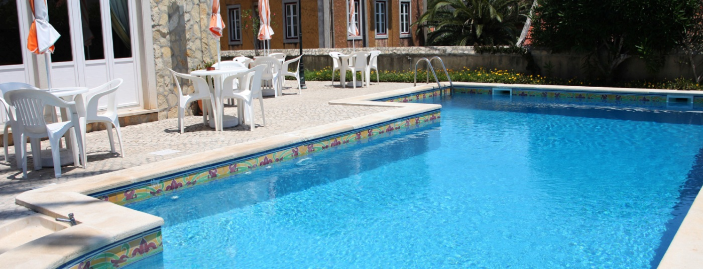 Vous pourrez prendre un bain de soleil au bord de la piscine